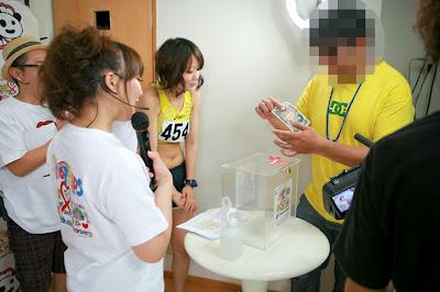 日本摸胸捐款