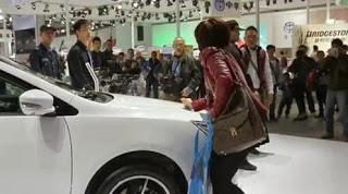 女子為逼老公為其買車 用鑰匙刮展車遭打