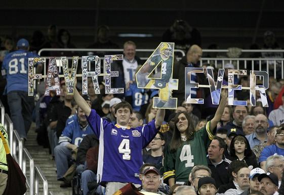 球迷高舉標語紀念偉大的四分衛Favre.jpg