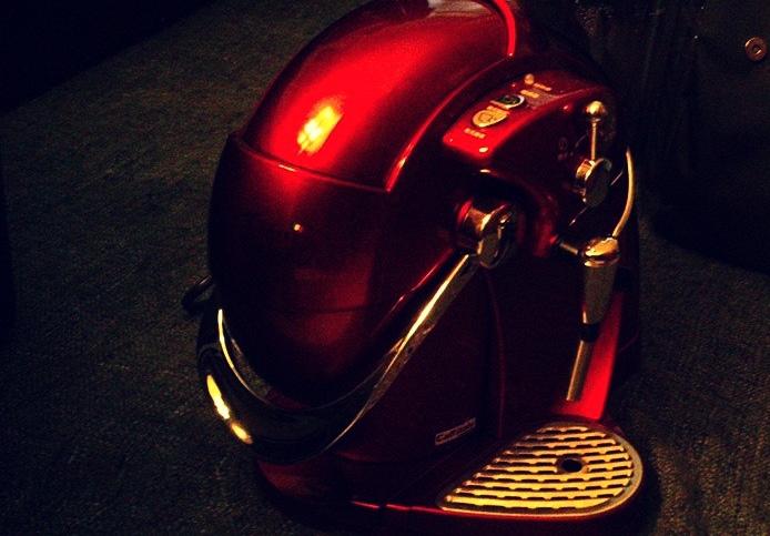 【KUSO有的沒的】我人生中居然也會有一台膠囊咖啡機啊那就來寫個開箱文好了