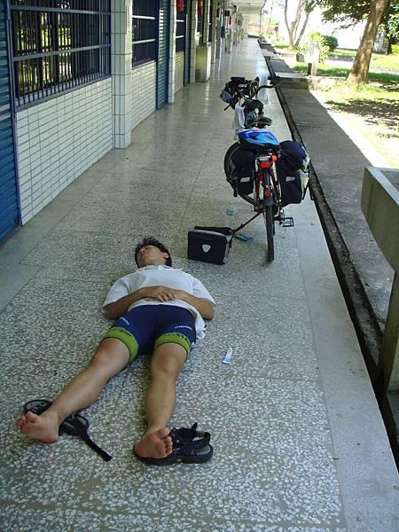 知本吃完午餐後很累