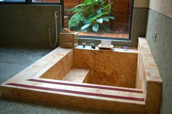 房間裡的溫泉池,乾淨,溫泉水也很不錯,寬敞而且那池子是大理石喔
