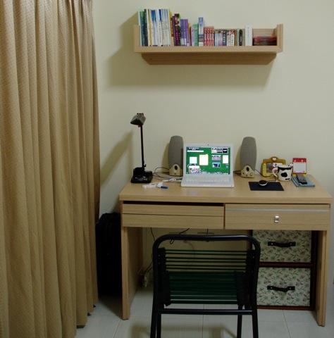 很大的書桌,桌子擺東西起來都會看起來很清爽