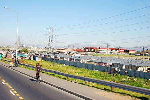 長達10公里都是黑人貧民窟 (高速公路旁邊, 不是有人在走, 就是騎腳踏車)