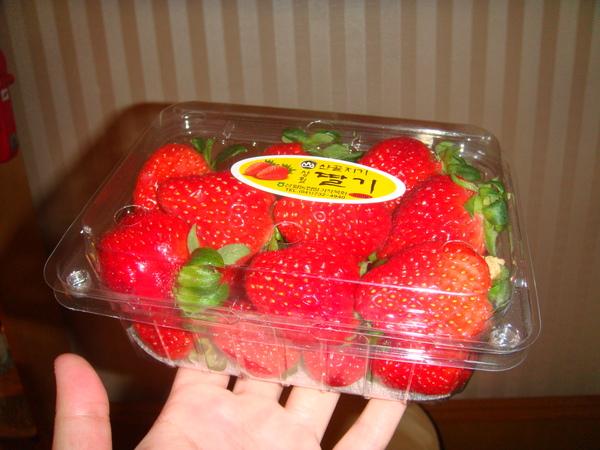 在東大門買的草莓,很甜~