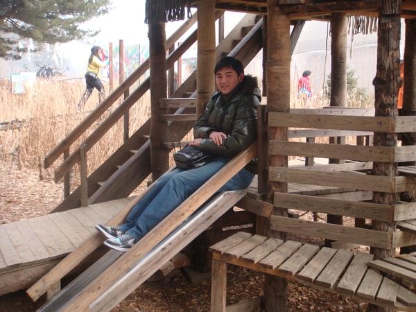溜滑梯似乎短了點