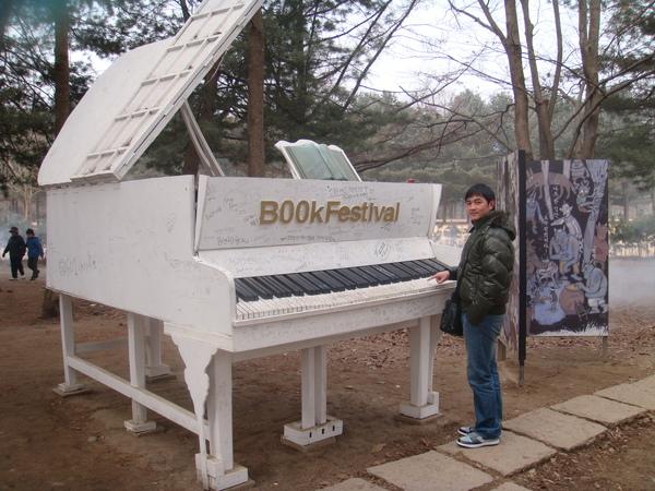 與大鋼琴合照