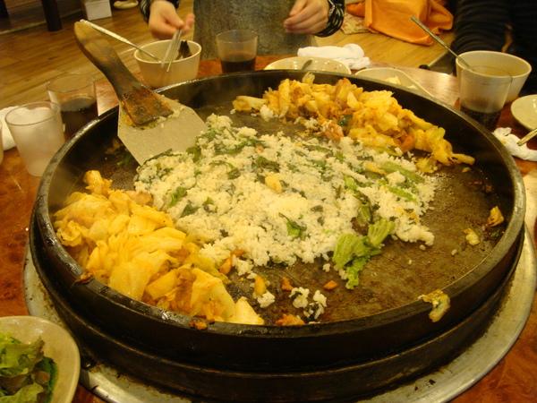 吃到一半時,又加了一盆飯進去炒!