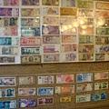 店裡有好多種錢幣,還有新台幣舊版的100元