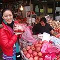 在春川明洞跟胖丫姨買草莓跟水梨