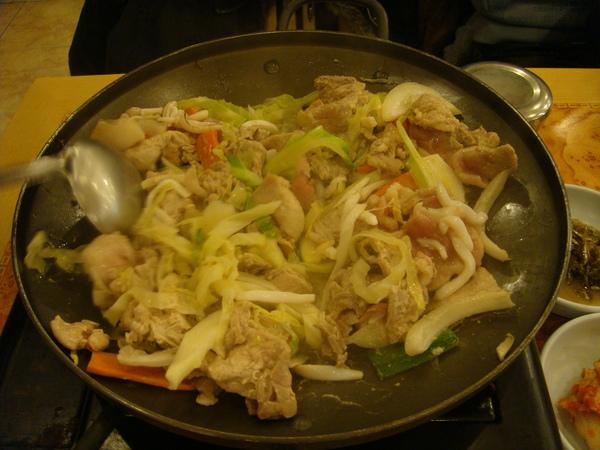 晚餐(豬肉+花枝+高麗菜)跟中午吃的還有點像