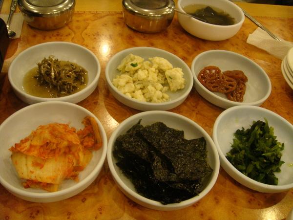 韓式餐的特色就是小菜一堆