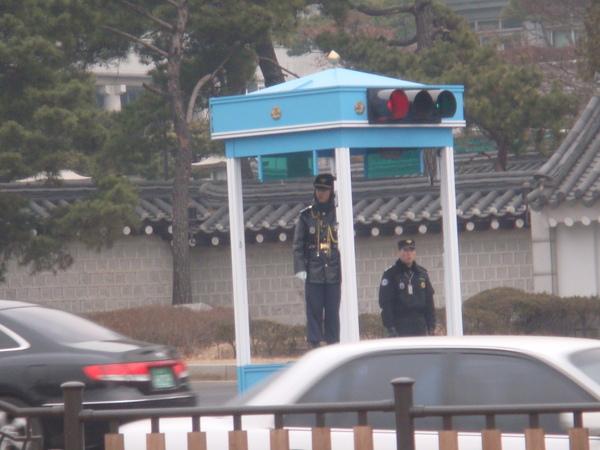 青瓦台是韓國的總統府,戒備森嚴
