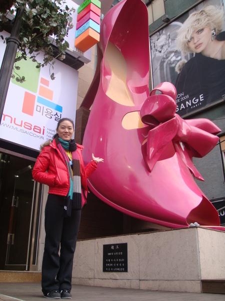"""這隻鞋位在""""新村女人街"""""""