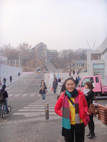 後面是梨花女子大學
