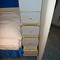 在小衣櫃的下方有四格小抽屜