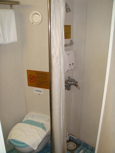 """這是廁所,超小間的,洗澡時對我來說""""卡卡""""的"""