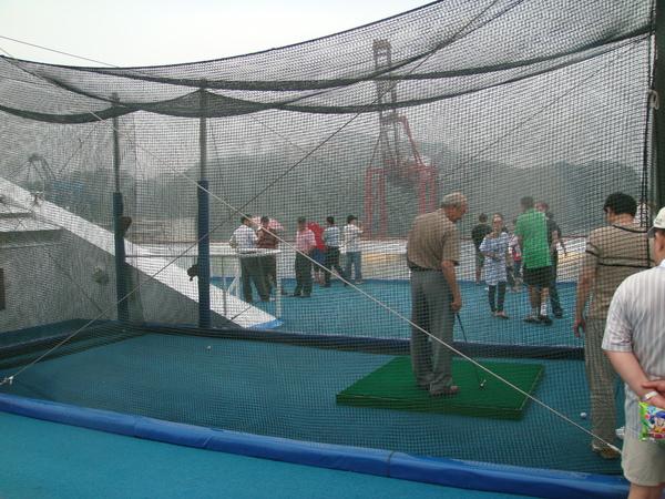 船頂有丫伯在玩Golf