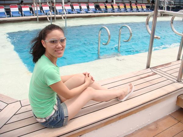 這就是船頂上的泳池,沒看到有人下去游