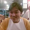 第一次用圍兜兜吃麻辣鍋