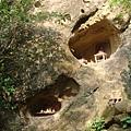 鶯歌石上有兩個洞,現在有供奉神明~