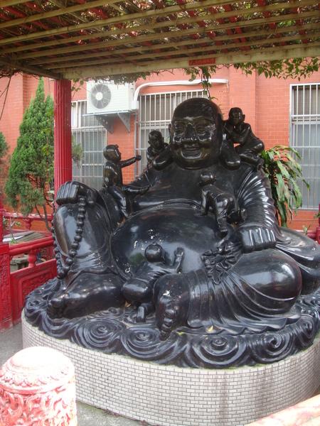 廟旁有彌勒佛