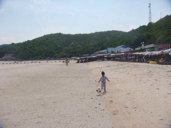 海灘上的小弟弟