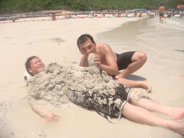 可是沙子太細了,很難挖