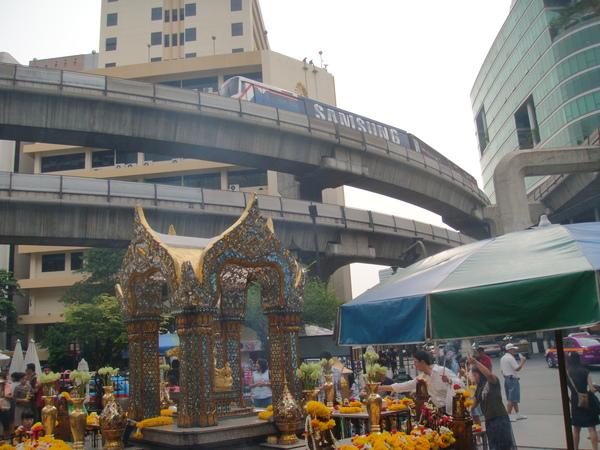 這四面佛就在曼谷市區裡