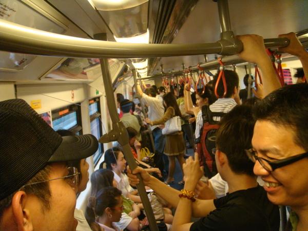 捷運上人潮也滿多的