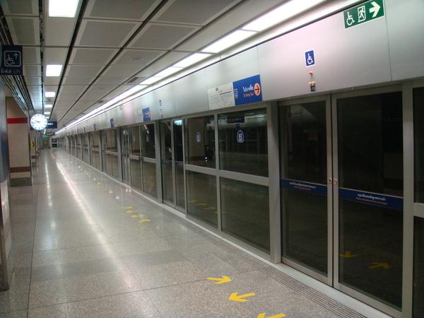 才晚上九點四十捷運站就空無一人了