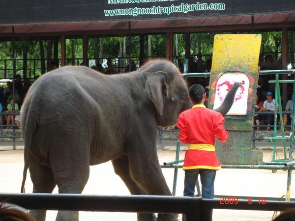 大象在畫畫