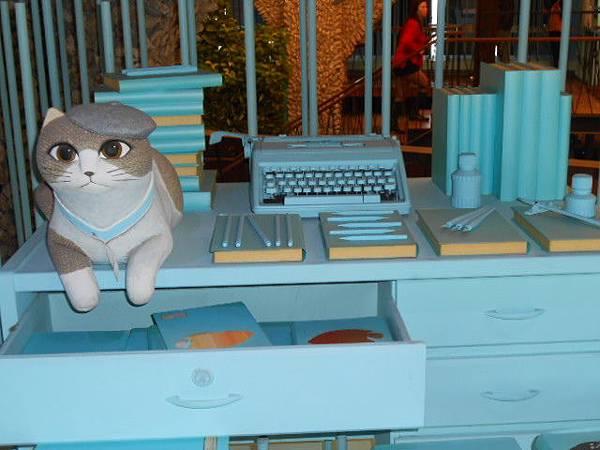 書桌上的貓01.JPG