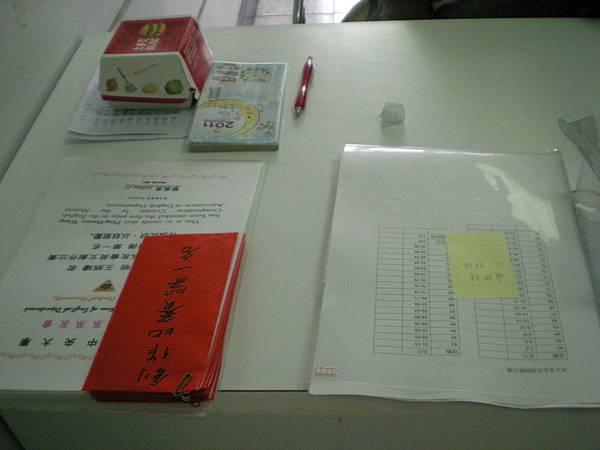 等會兒要頒發的創作比賽獎狀以及獎學金(左)   厚厚的一疊通訊錄(右)