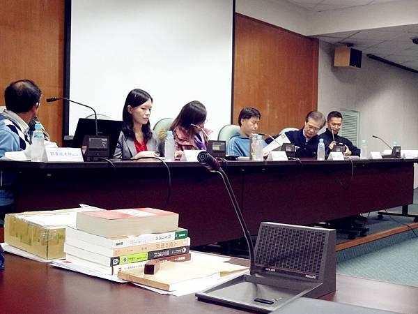 (由左至右)郭章瑞老師、曾敏芳學姊、黃郁鈴學姊、許澤生學長、劉健清會長、江晉元總幹事。  會長介紹各位講者