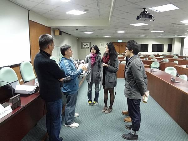 座談會後幾位同學留下來繼續抓緊機會和學長姐說說話~