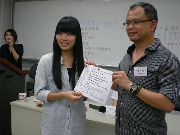 第三屆魏淑慧紀念獎學金 授獎人:陳俊樺先生 得獎同學:韋春妹同學