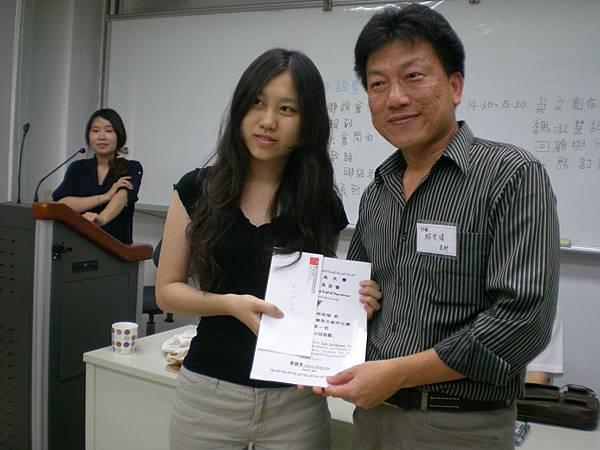 英文系系友會創作比賽頒獎 授獎人:林文淇老師 得獎同學:林若瑄同學