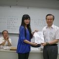 英文系系友會創作比賽頒獎 授獎人:劉健清會長 得獎同學:劉若榆同學