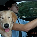 阿爸專心開車,我專心睡覺