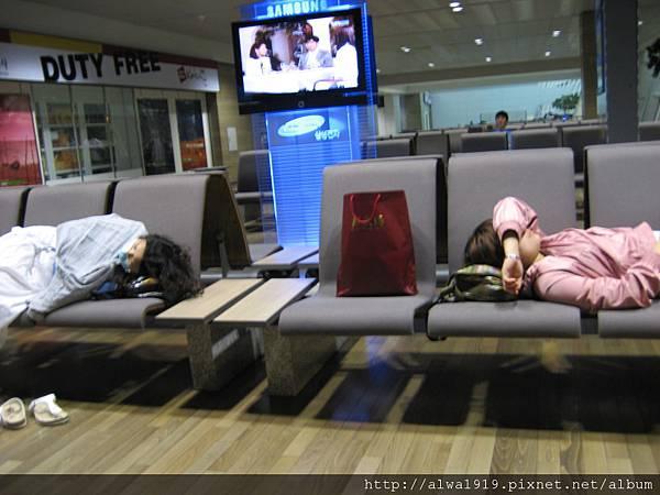 韓國機場的座椅實在太好睡了!經濟倉不是人睡了!.jpg