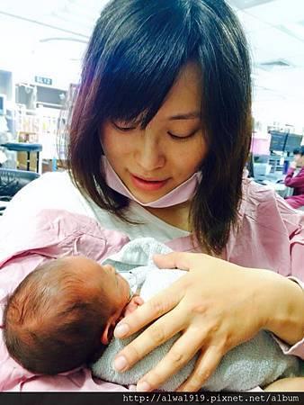 【早產兒日記】第一次抱你!