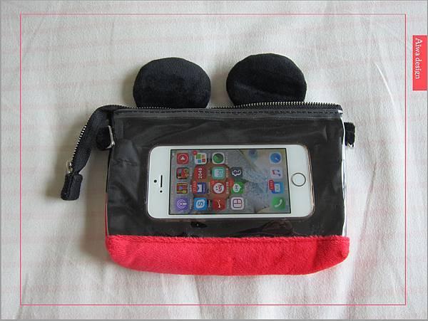 【俏媽咪穿搭】迪士尼造型可斜背觸控手機包,米奇造型超可愛-04.jpg