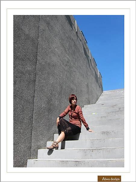 【穿搭】秋日LOOK,簡約氣質。穿上VINCE CAMUTO 扣環經典皮革短靴-04.jpg