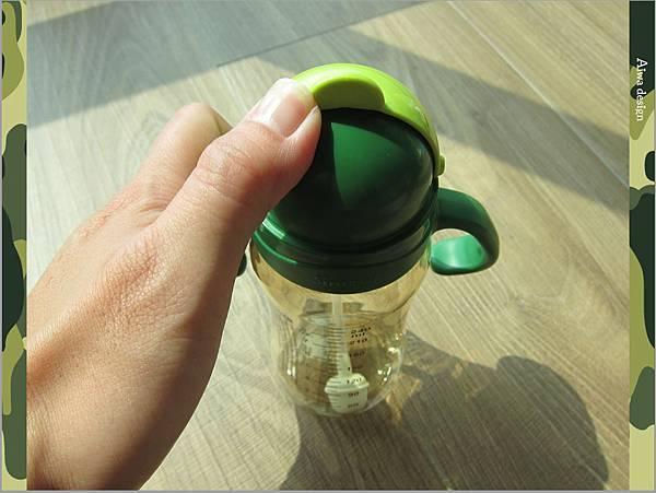 【育兒好物】小獅王辛巴─PPSU自動把手滑蓋杯240ml(迷彩),吸吮更順暢-12.jpg