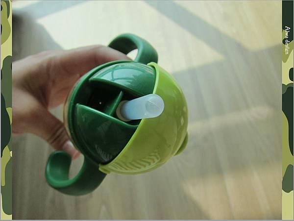 【育兒好物】小獅王辛巴─PPSU自動把手滑蓋杯240ml(迷彩),吸吮更順暢-17.jpg