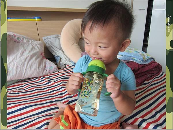 【育兒好物】小獅王辛巴─PPSU自動把手滑蓋杯240ml(迷彩),吸吮更順暢-20.jpg