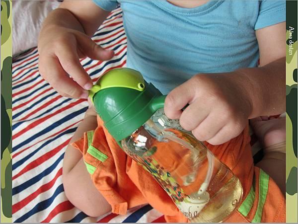 【育兒好物】小獅王辛巴─PPSU自動把手滑蓋杯240ml(迷彩),吸吮更順暢-22.jpg