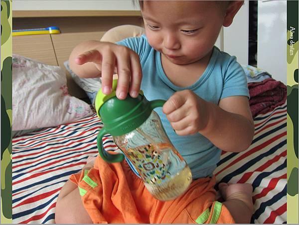 【育兒好物】小獅王辛巴─PPSU自動把手滑蓋杯240ml(迷彩),吸吮更順暢-23.jpg
