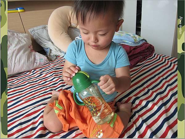 【育兒好物】小獅王辛巴─PPSU自動把手滑蓋杯240ml(迷彩),吸吮更順暢-24.jpg